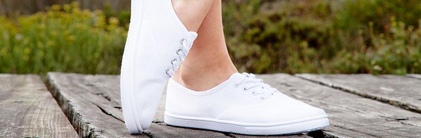 Witte-sneakers-onderhouden.Stoffen-schoenen